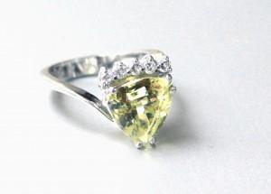 Bague chrysobéryl et diamants.