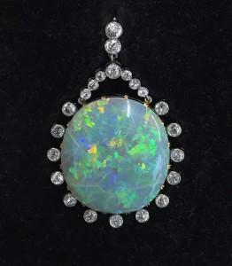 Pendentif opale et diamants.
