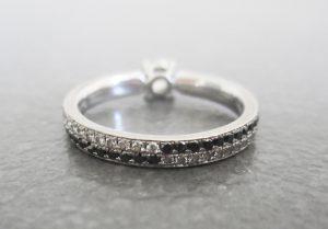 Bague diamants incolores et diamants noirs.