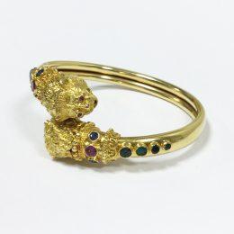 Bracelet têtes de lion, or, rubis et émeraudes Lalaounis.