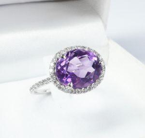 Bague diamant et saphir violet.